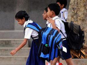 भारी बस्ता ढोने वाले स्कूली छात्रों को हो सकती है पीठ दर्द एवं कूबड़ निकलने की शिकायत