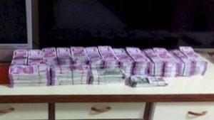मुंबई हवाईअड्डे से करीब 69 लाख रूपये जब्त, चार गिरफ्तार