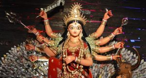 कोलकाता की दो दुर्गा पूजा समितियों ने देवी को सोने से सजाया